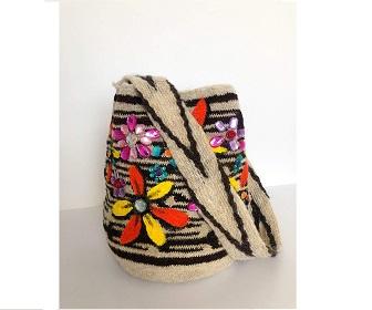 Mochila Arhuaca con bordado de flores