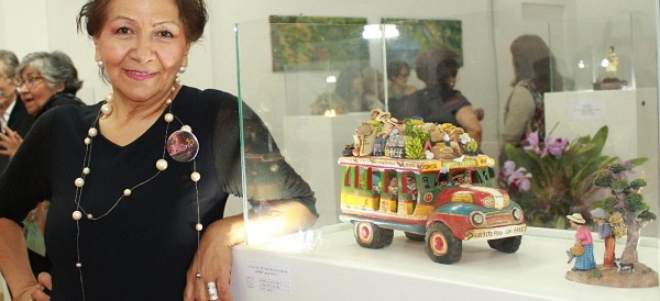 Creadora de la chiva artesanal colombiana